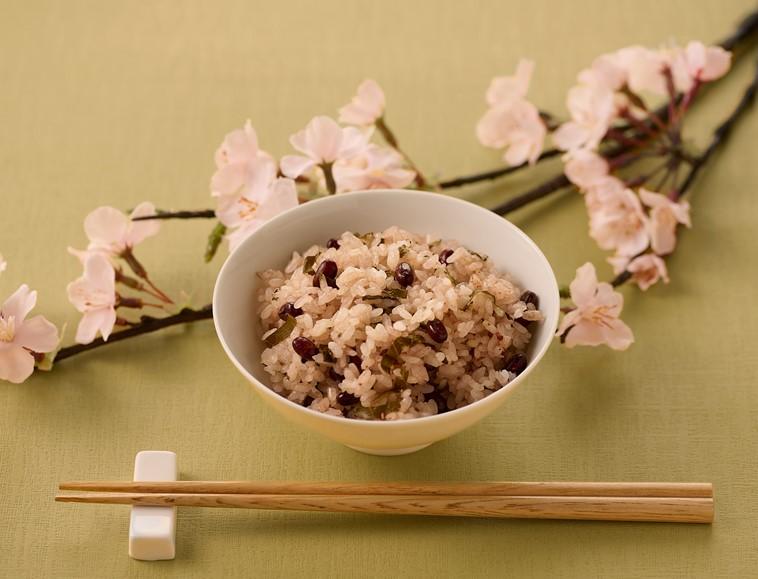 桜の葉入りお赤飯